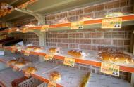 店頭に陳列された各種パン